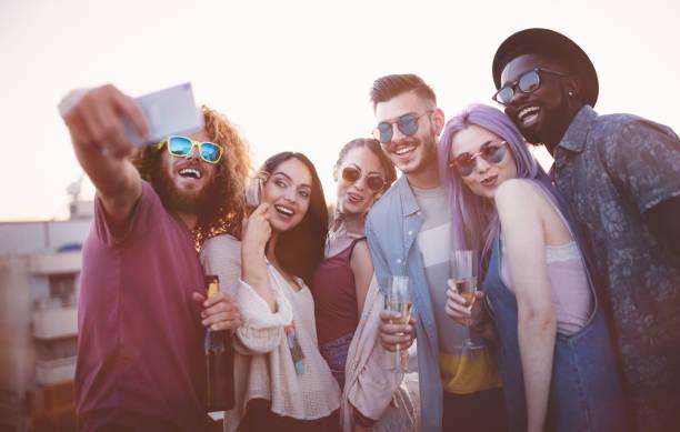 multi-ethnischen freunde feiern und nehmen eine selfie sommerfest - schaumwein fotos stock-fotos und bilder