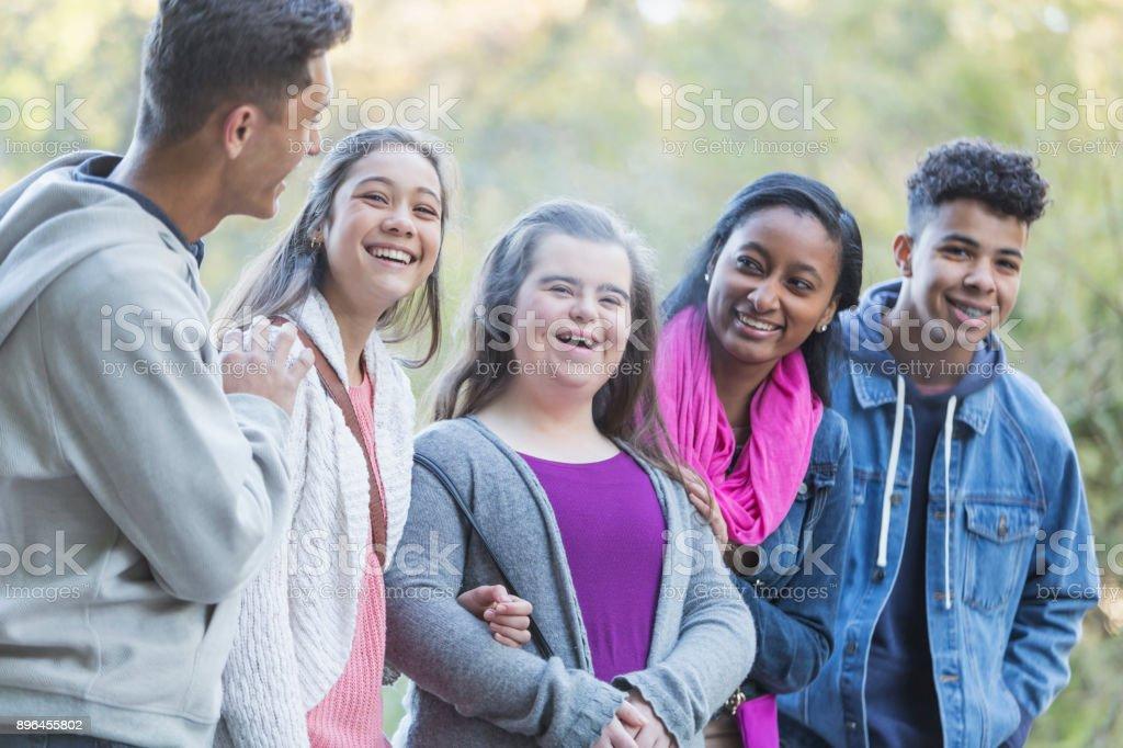 Multi-ethnischen Freunde, Teenager-Mädchen mit Down-Syndrom – Foto