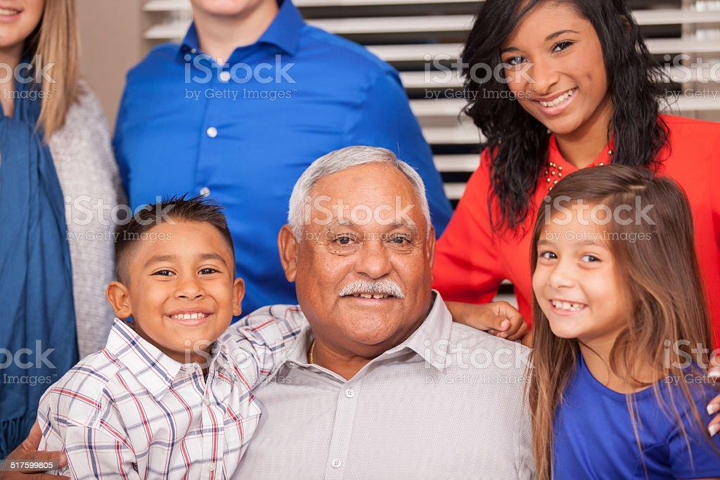 Multiétnico, generation family en evento social un evento. - foto de stock
