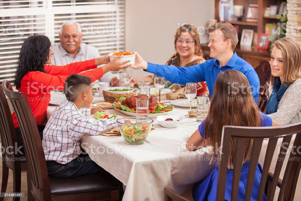 Multiétnico, generaciones familia disfruta de celebrar el Día de Acción de Gracias en su hogar. - foto de stock