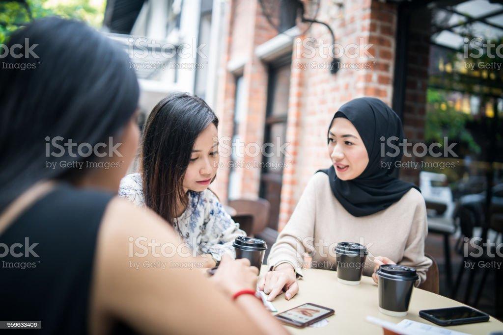 Multi-etnica niñas a tener una reunión - Foto de stock de 20 a 29 años libre de derechos