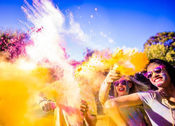 Groupe Multi-ethnique célèbre Holi Festival Parc - Photo