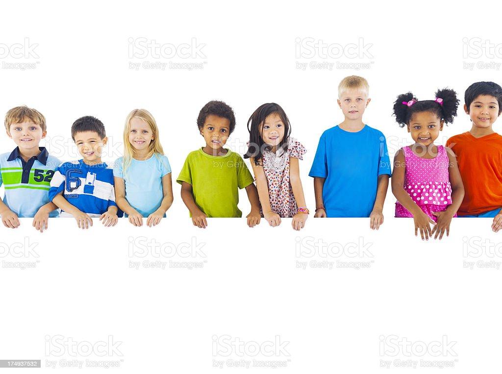 Grupo multiétnico de crianças segurando bordo - foto de acervo