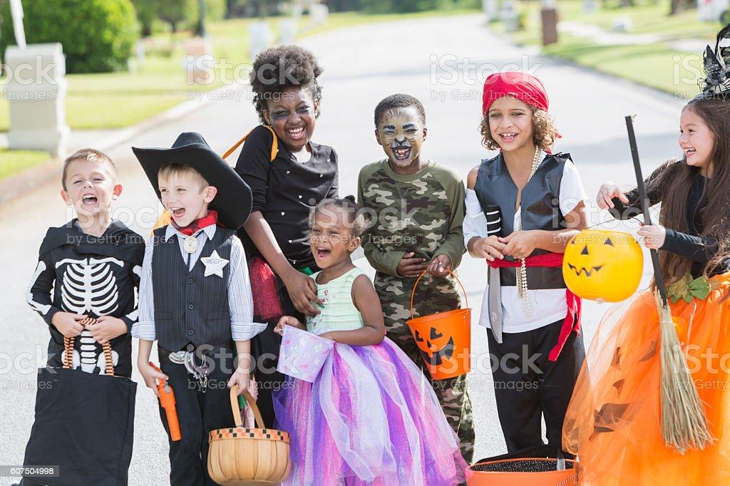 Halloween Gruppo.Multiethnische Gruppe Kinder In Halloweenkostumen Stockfoto Und Mehr