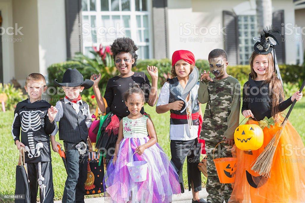 Multiethnische Gruppe Kinder In Halloweenkostumen Stock Fotografie