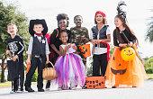 多民族の子供たちが、楽しいハロウィーンのコスチューム