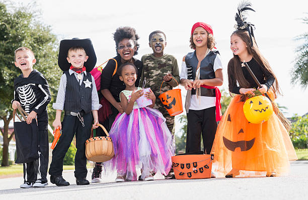 Groupe Multi-ethnique d'enfants en costumes d'halloween - Photo