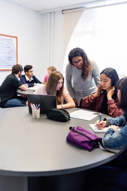 Multi-ethnischen Gruppe von College-Studenten, die Arbeit im Team im Klassenzimmer. – Foto