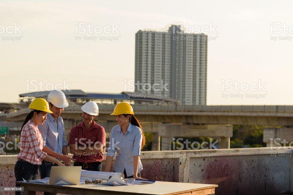 Grupo Multiétnico De Ingenieros Reunidos En La Terraza Sobre