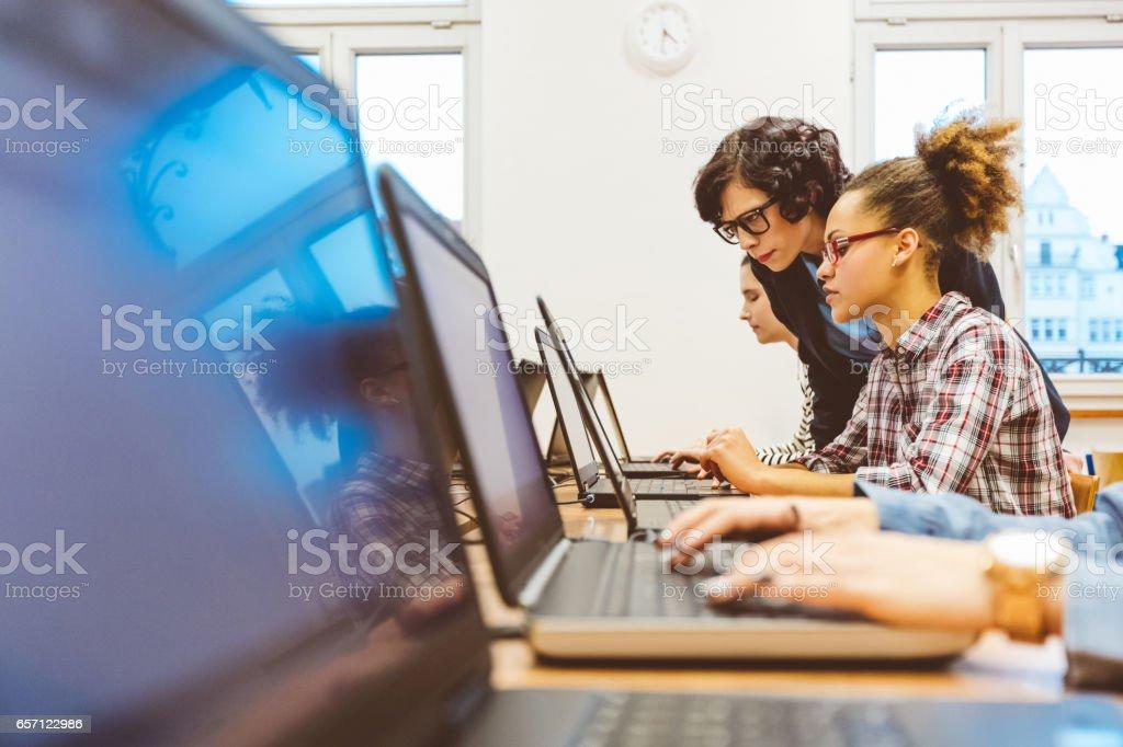 Grupo multiétnico de niñas aprendiendo programación - foto de stock