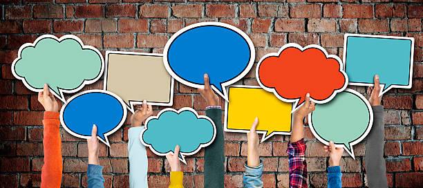 groupe multi-ethnique de mains tenant discours de bulles - bulle de dialogue photos et images de collection