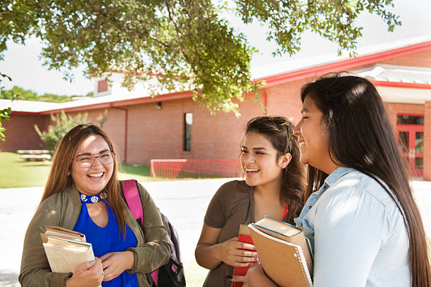 multi-ethnischen eine gruppe von weiterführende schule oder college-mädchen sprechen. campus. - kleidung amerikanischer ureinwohner stock-fotos und bilder