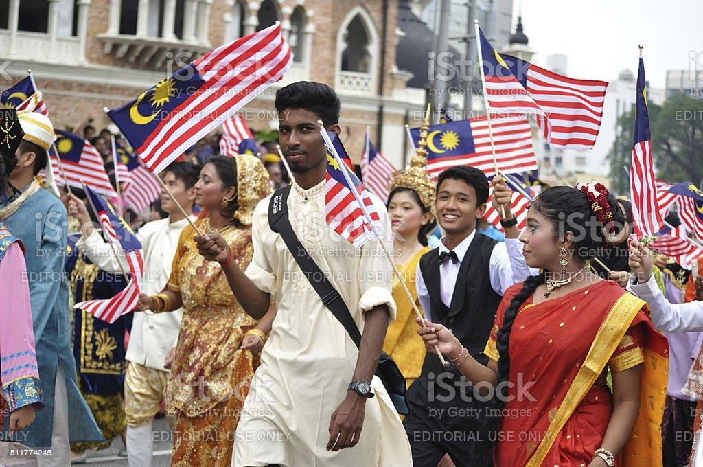 Grupo multiétnico com trajes tradicionais da Malásia - foto de acervo