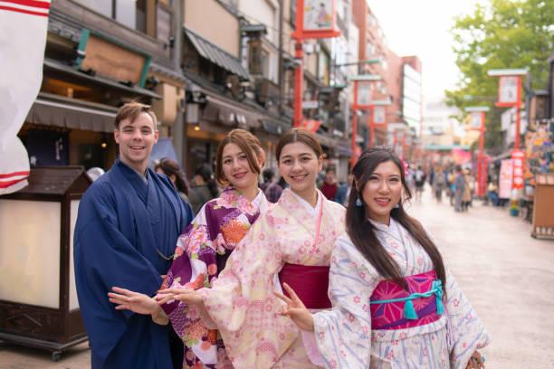 伝統的な日本の町で着物立っている人の多民族のグループ ストックフォト