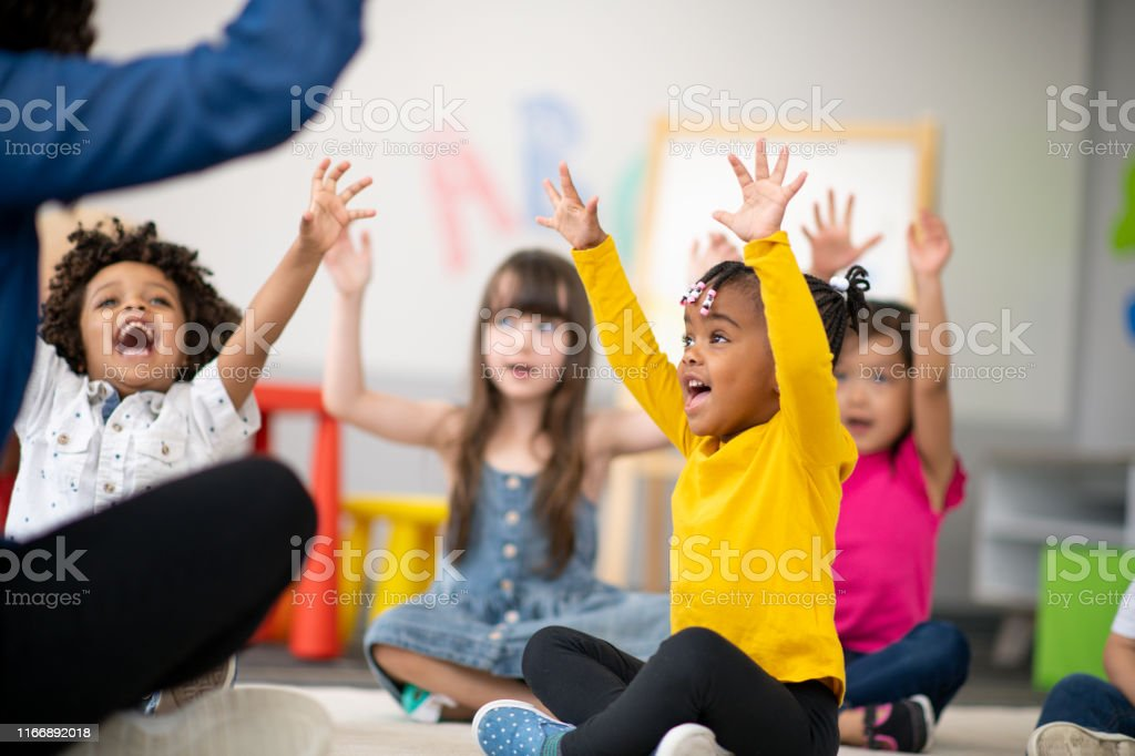 Groupe multiethnique d'élèves d'âge préscolaire en classe - Photo de Adulte libre de droits