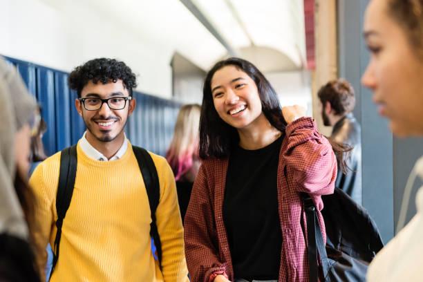 Multi-ethnischen Gruppe von Studenten in College Hall hängen. – Foto