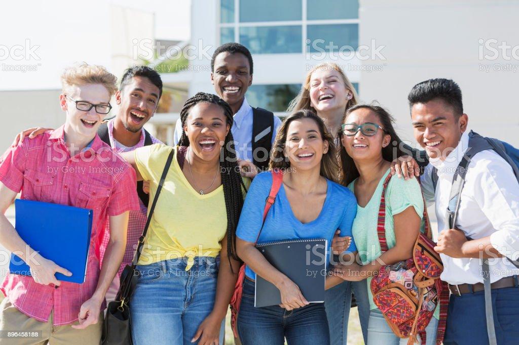 Multi-ethnischen Gruppe von Jugendlichen in der Schule, im freien – Foto