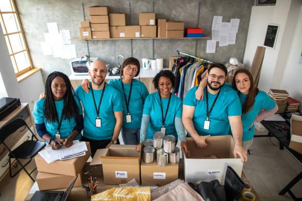 multi-ethnic group of volunteers - organizzazione no profit foto e immagini stock