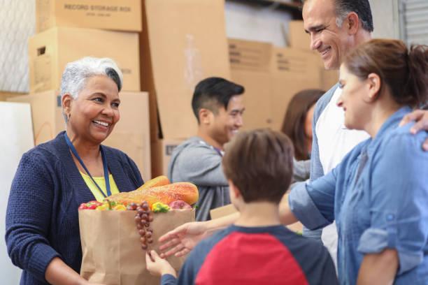 Multiethnische Gruppe von Freiwilligen arbeitet bei der Lebensmittelbank. – Foto