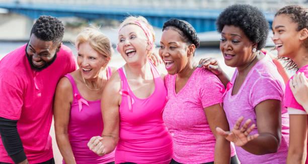 kadın çok etnik grup, meme kanseri rallisinde adam - breast cancer awareness stok fotoğraflar ve resimler