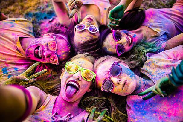 multi-ethnic group taking a selfie at holi festival - selfie girl stockfoto's en -beelden