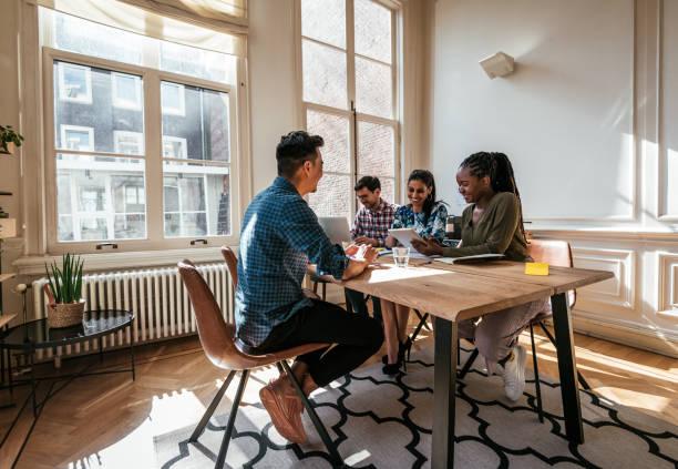 multietniska tusental affärs team-anställnings intervju med kandidat för projektledare - job interview bildbanksfoton och bilder
