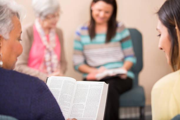 Multi-ethnischen, gemischtes Alter Bibel Studiengruppe. – Foto