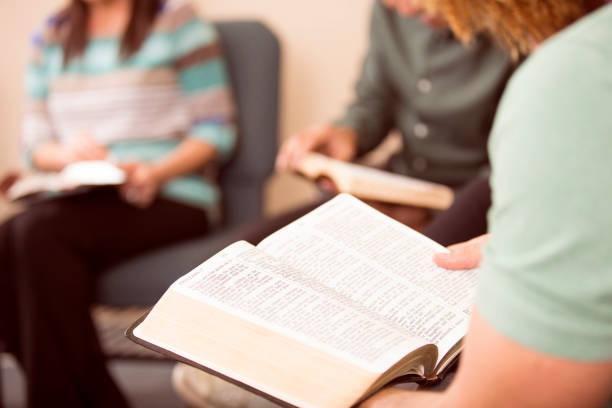 Multi-etnische, gemengde leeftijd Bijbel studiegroep. foto
