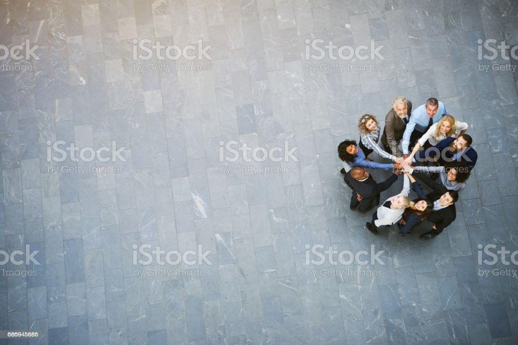 Multiethnische Office-Team mit Händen gestapelt nachschlagen in Halle – Foto