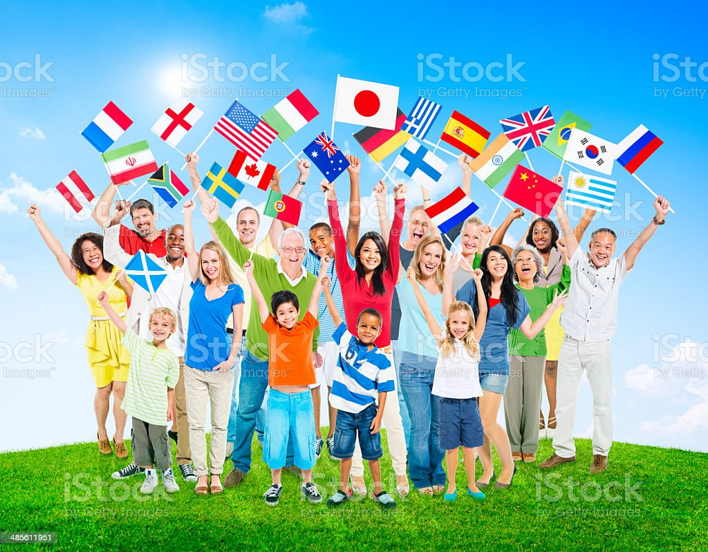 Multiétnico de gente que sujeta National Flags of the World - foto de stock