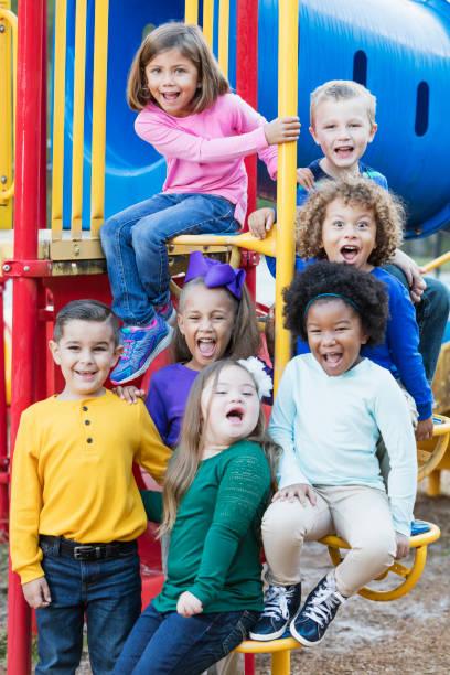 çok etnik gruptan oluşan okul çocukları oyun üzerinde - yalnızca çocuklar stok fotoğraflar ve resimler