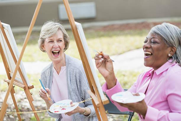 multi étnica mujeres mayores tomando una clase de arte - clase de arte fotografías e imágenes de stock