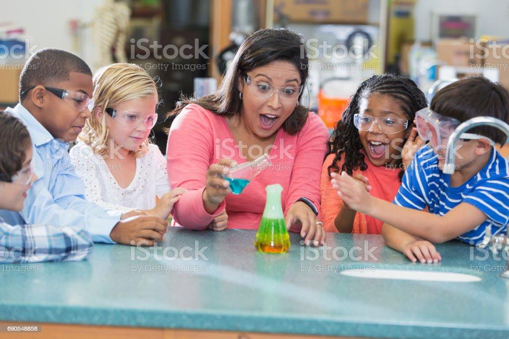 Professor multi-étnica e crianças no laboratório de Ciências - foto de acervo