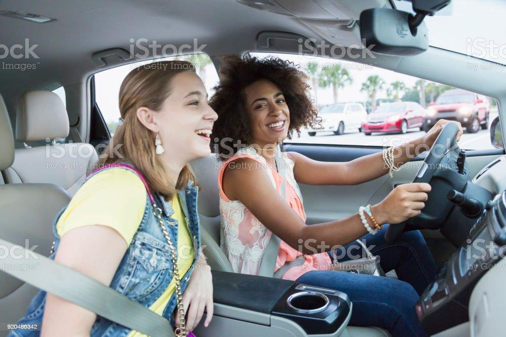 Multi-ethnischen Mädchen im Teenageralter Autofahren – Foto