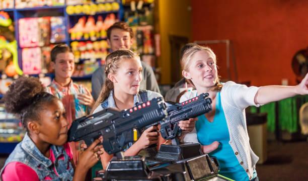 Multi-ethnischen Mädchen im Teenageralter in Spielhalle – Foto