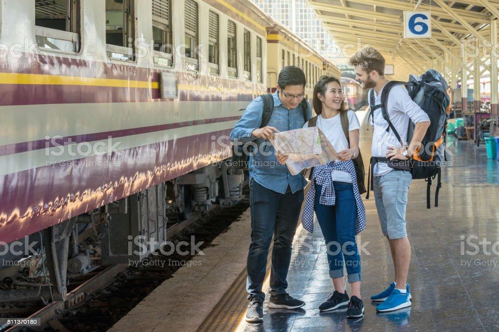 多民族旅行は鉄道を見て、鉄道駅、旅行、交通機関の概念で幸福アクション マップを保持して ストックフォト