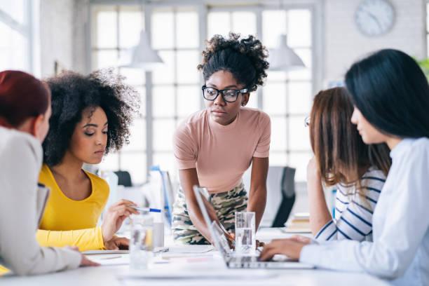 Multi-Ethnic Women Business Team diskutiert neue Projekte – Foto