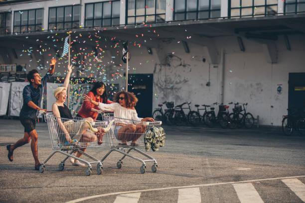 multiethnische jugendlichen racing mit einkaufswagen - beste freundin stock-fotos und bilder