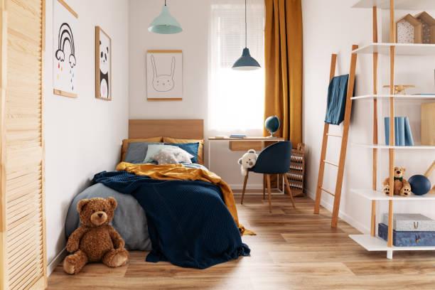 multifunktionales schlafzimmer und arbeitsbereich mit bett und schreibtisch - schlafzimmer stock-fotos und bilder