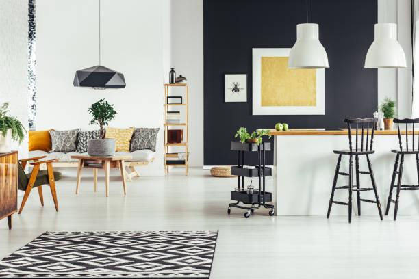 multifunktionale schicke wohnzimmer - küche rustikal gestalten stock-fotos und bilder
