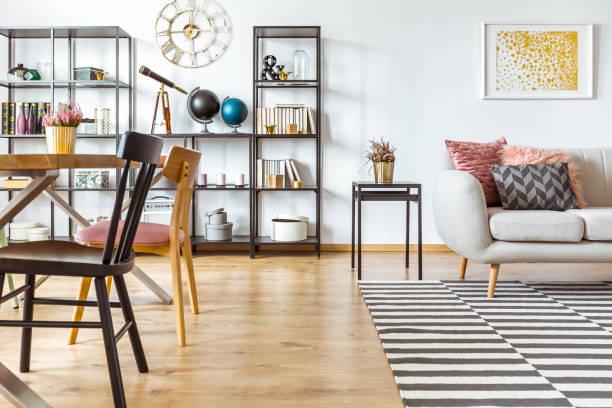 multifunktionale innenraum mit sofa - uhrenhalter stock-fotos und bilder