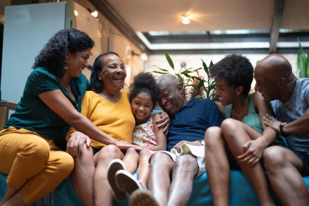multi generatie afrikaanse spaanse familie thuis - latijns amerikaanse en hispanic etniciteiten stockfoto's en -beelden
