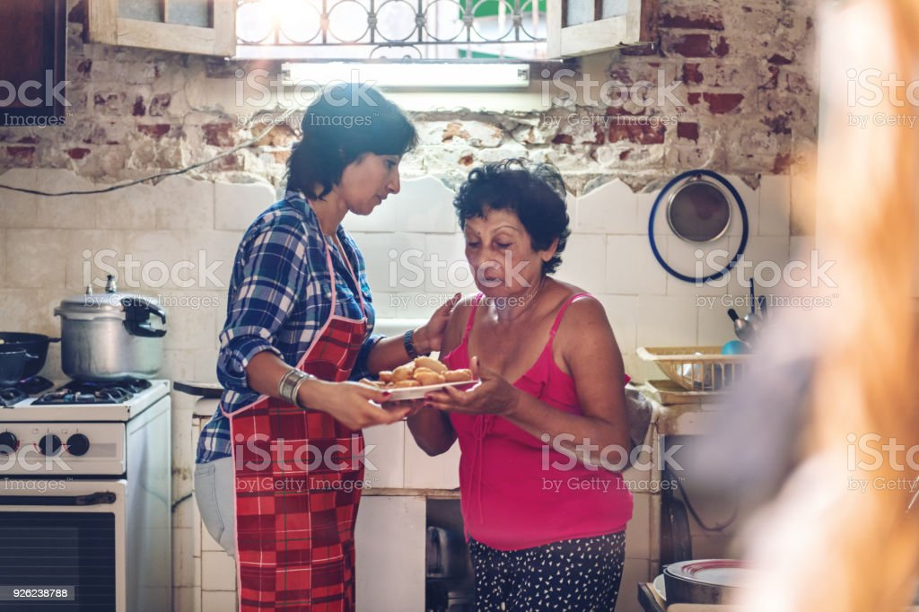 Preparación Cena De Múltiples Generaciones Familia Cubana