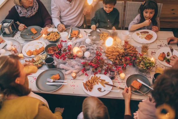 Família de várias gerações em um jantar - foto de acervo