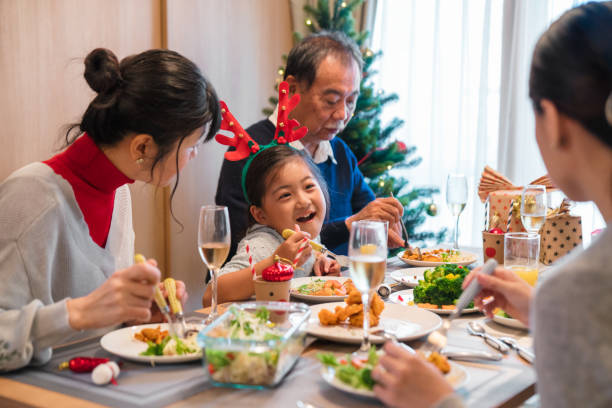 mehr-generationen-familie weihnachtsessen gemeinsam essen - weihnachten japan stock-fotos und bilder