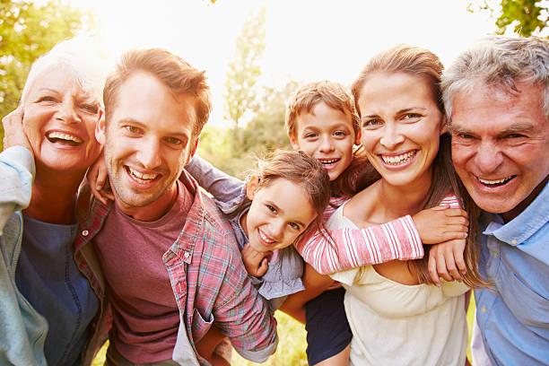 Família de várias gerações se divertindo juntos ao ar livre - foto de acervo
