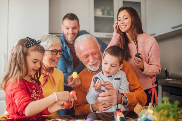 família multi-generation que prende ovos e sorriso de easter - familia pascoa - fotografias e filmes do acervo