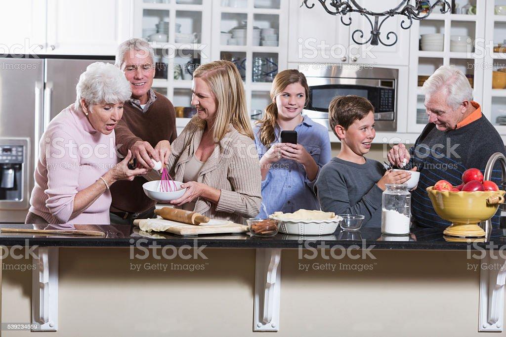 Familia Multi-generacional en la cocina foto de stock libre de derechos