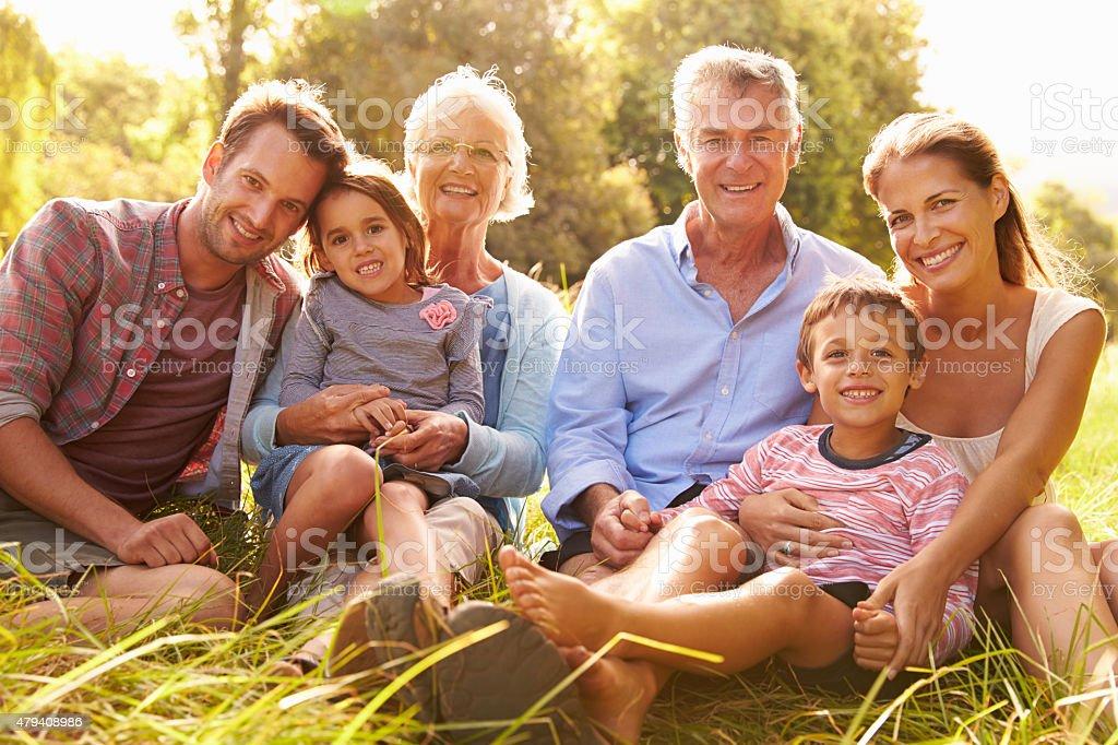 Multi-Generationen-Familie entspannende zusammen im Freien - Lizenzfrei 2015 Stock-Foto
