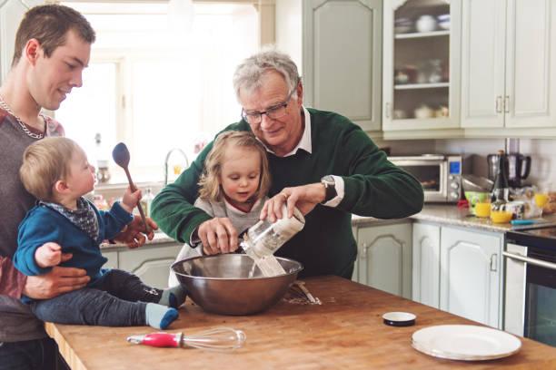 Babalar günü için çok nesil bir aile birlikte vakit geçirmek stok fotoğrafı